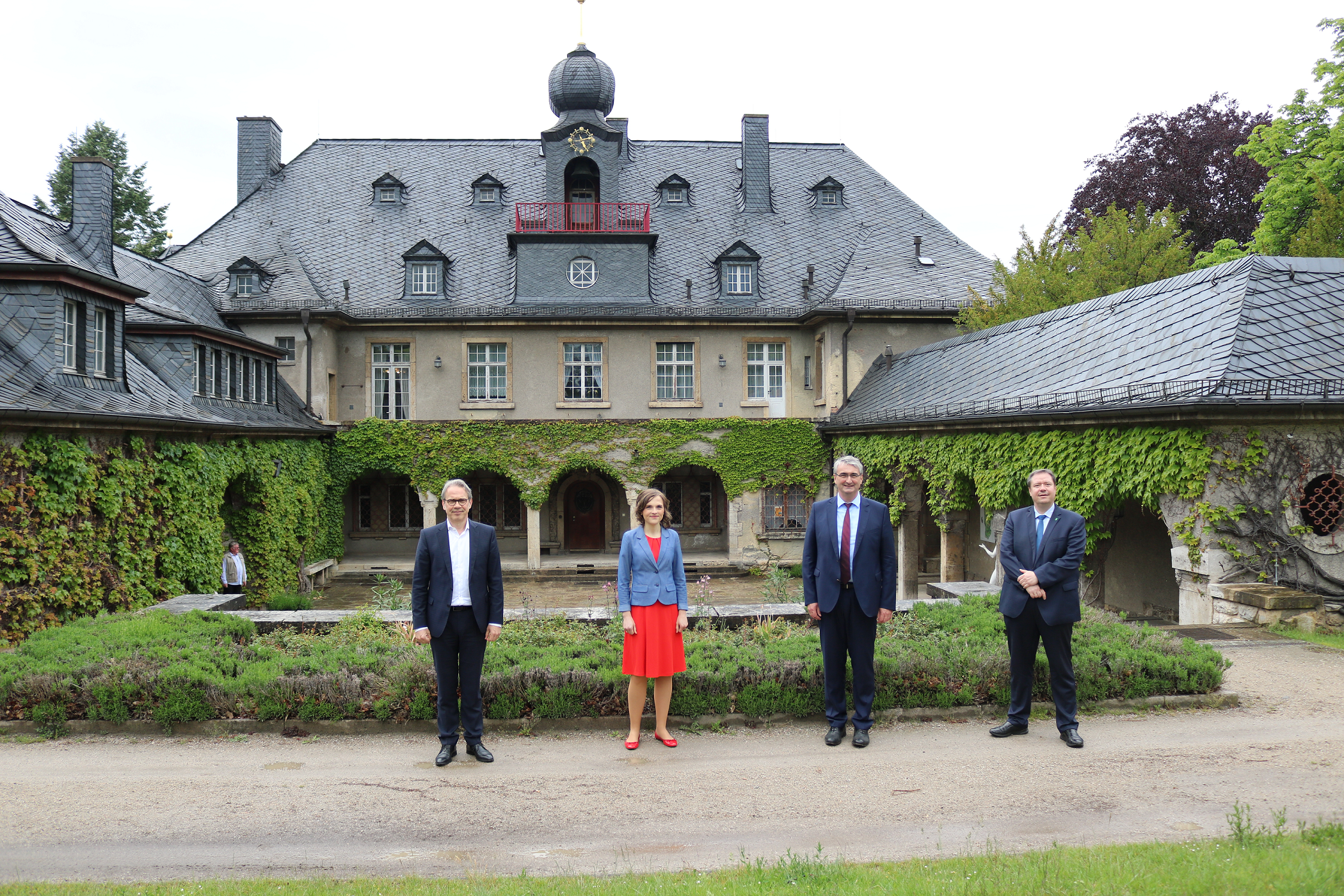 Georg Maier, Elisabeth Kaiser, Marko Wolfram und Steffen Kania vor der Villa Bergfried