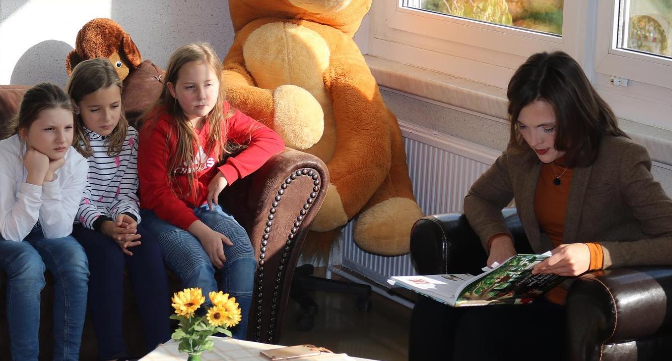 Elisabeth Kaiser beim Vorlesetag in der Wilhelm-Busch-Grundschule Altenburg im Oktober 2019